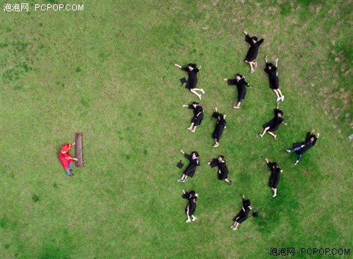 毕业照出动无人机航拍 记录搞怪时刻
