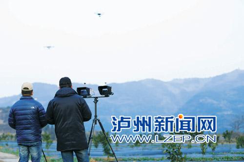 刘江(右1)正在操控无人机航拍