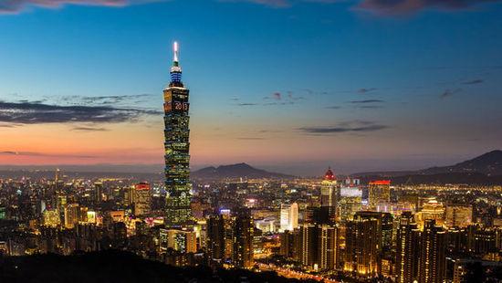 图说:一名大陆游客操纵的空拍机不慎撞上台北101大楼