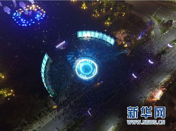 10月21日晚上7时30分,随着首届中国灯都灯光文化节亮灯仪式的开始,中山市古镇全镇万灯齐亮,整个古镇洋溢在灯光的海洋里。新华网新闻无人机队广东中队航拍了本次灯光文化节亮灯仪式。