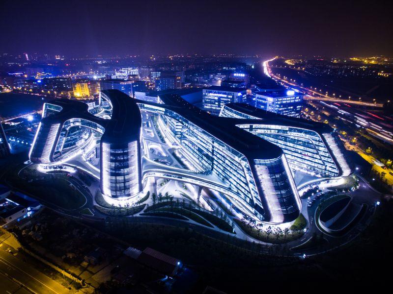 2015年11月02日,上海,上海虹桥地标性建筑凌空SOHO。来源:CFP