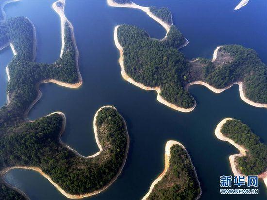 这是3月15日航拍的千岛湖风景区。千岛湖位于浙江省杭州市淳安县境内,是建设新安江水电站拦水筑坝而形成的人工湖,因湖内拥有1078座岛屿而得名。千岛湖风光秀美,水质出众,为著名的旅游景区。