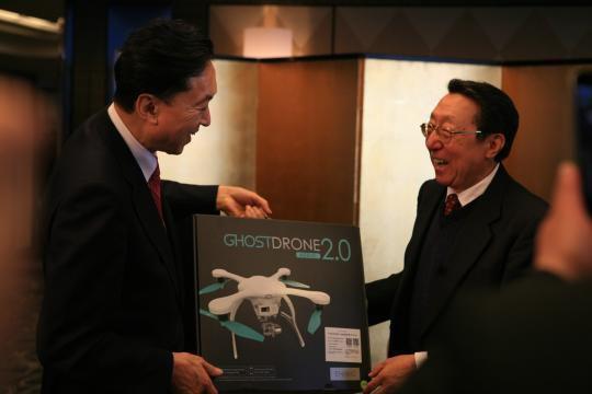 日本前首相获赠中国无人机 笑言想坐着来中国