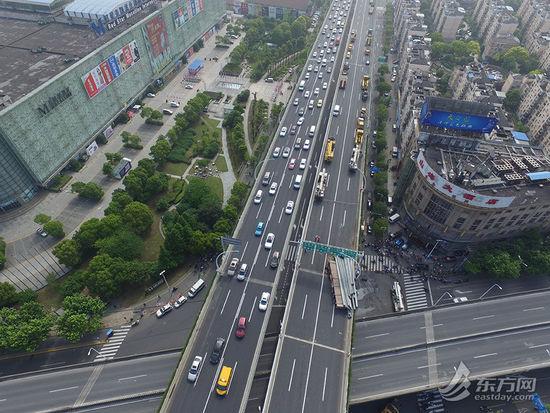图为航拍上海中环线被压断现场图片。[!--empirenews.page--]