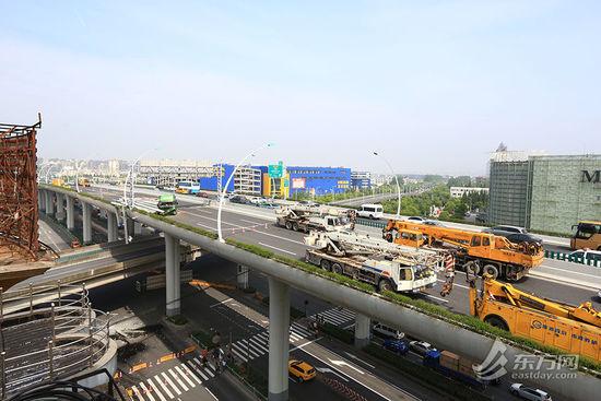 中环高架内圈事故段已完全封闭,桥面上停靠了数十辆工程车。[!--empirenews.page--]