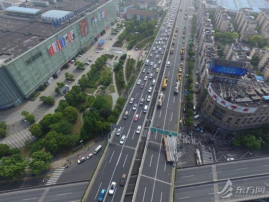 图为航拍上海中环线被压断现场图片。