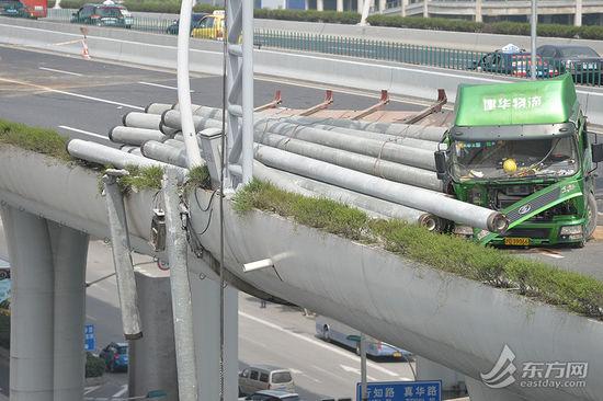 记者在附近的一栋高层建筑顶楼看到,出事的货车仍在原地,由于部分钢筋混凝土电线杆折断,有一定危险,故暂时还未被牵引。[!--empirenews.page--]
