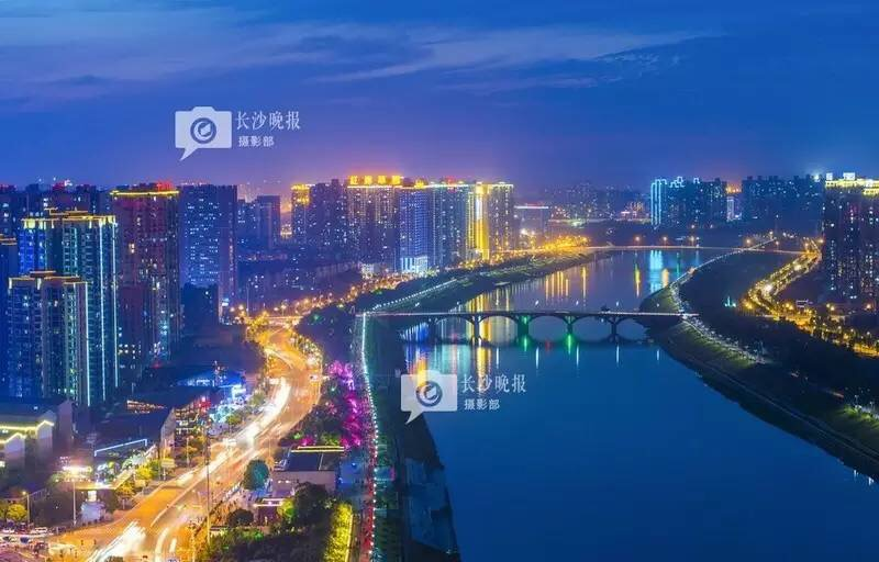 航拍镜头带你飞越星城 500米高空<a href='http://search.xinmin.cn/?q=俯瞰' target='_blank' class='keywordsSearch'>俯瞰</a>夜长沙璀璨之城