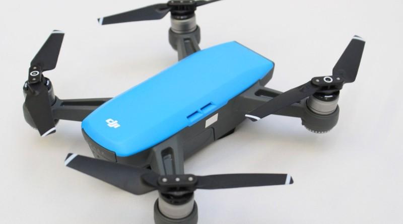 DJI Spark 自拍无人机机身小巧,重量仅有300 公克。