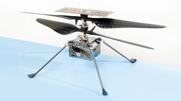 2020年4月6日,在肯尼迪航天中心,火星直升机被固定在毅力号火星车的腹部。在毅力号着陆大约两个半月后,这架直升机将被部署到火星表面。